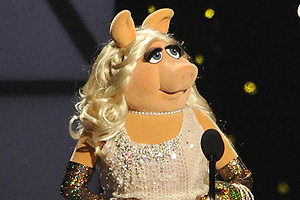 Miss piggy challenges george clooney to a wrestling bout for Dujardin 817